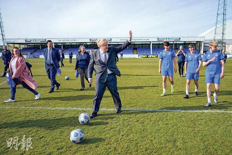 英國哈特爾浦5月6日舉行補選,首相約翰遜上周五造訪當地球會展示球技。(路透社)