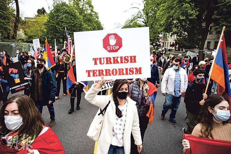 美國首都華盛頓上周六(24日)在亞美尼亞大屠殺106周年紀念日當天有示威活動,有亞美尼亞族群從土耳其駐美大使官邸遊行到土國駐美使館,舉起「土耳其恐怖主義」的示威標語。(法新社)