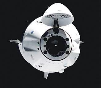SpaceX「載人龍飛船」(Crew Dragon)上周六載送4名太空人,抵達國際太空站的接駁位置。(法新社)