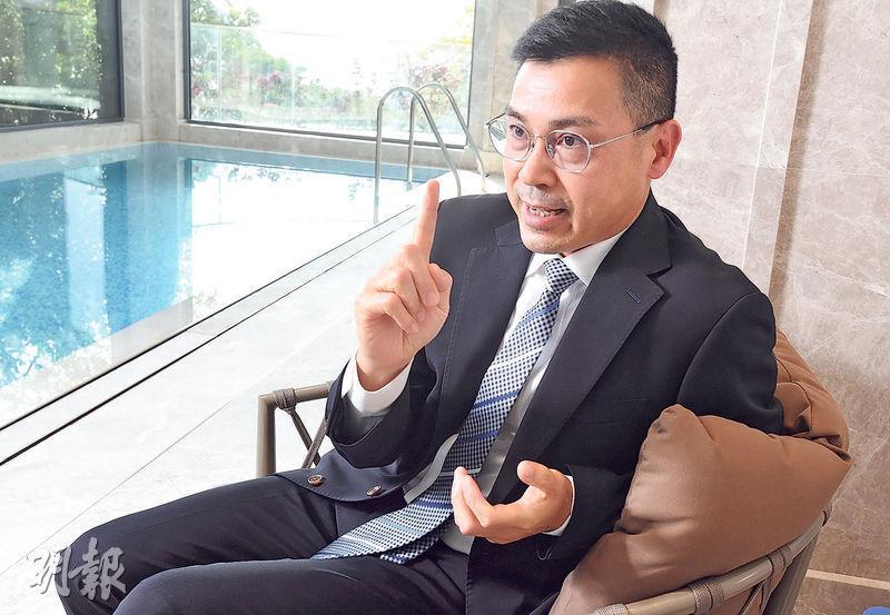 馮文豪表示,夏利文旗下山頂超級豪宅物管團隊20名員工均有高級酒店工作經驗。(劉焌陶攝)