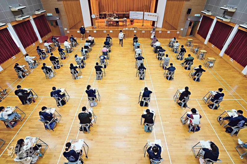 中學文憑試通識科昨日開考,根據衛生防護中心建議,舉行筆試的禮堂或課室,考生之間須保持不少於1.5米距離。圖為考場之一、伊利沙伯中學禮堂通識科考試情况。