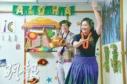 雖然Ian (圖左)及 Eva(圖右)身在香港,但也在夏威夷樂器、花飾等配合下,跳草裙舞慶祝花環日呢!(黃志東攝)
