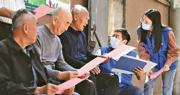 中國去年11月1日至12月10日展開第七次全國人口普查,並計劃於今年4月公布普查結果。圖為去年10月11日,安徽合肥普查員在當地開展人口普查登記及宣傳工作。(網上圖片)