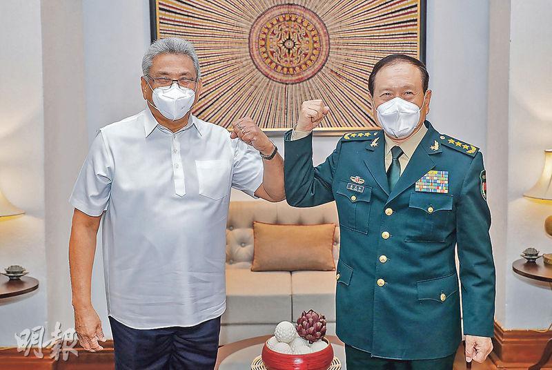國務委員兼國防部長魏鳳和周三到訪斯里蘭卡。圖為4月28日,斯里蘭卡總統兼國防部長戈塔巴雅(左)與魏鳳和(右)在科倫坡會晤前,兩人碰肘致意。(法新社)