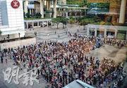 東涌出現首宗源頭不明的變種病毒個案,確診菲傭曾到的東薈城和富東廣場等被納入強制檢測。東涌本身設有兩個流動採樣站,昨日一直人龍不斷,有居民排隊逾兩小時仍未等到檢測。政府下午於東薈城商場對出加設流動採樣站(圖),傍晚目測有數百人輪候。(林靄怡攝)