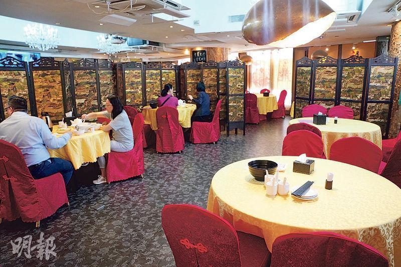 龍圖閣海鮮飯店開放6人枱首兩日均未見受食客歡迎。其C區(屏封後)由前日設4張6人枱,減至昨日兩張枱,昨中午時分亦不見食客入座。(楊柏賢攝)