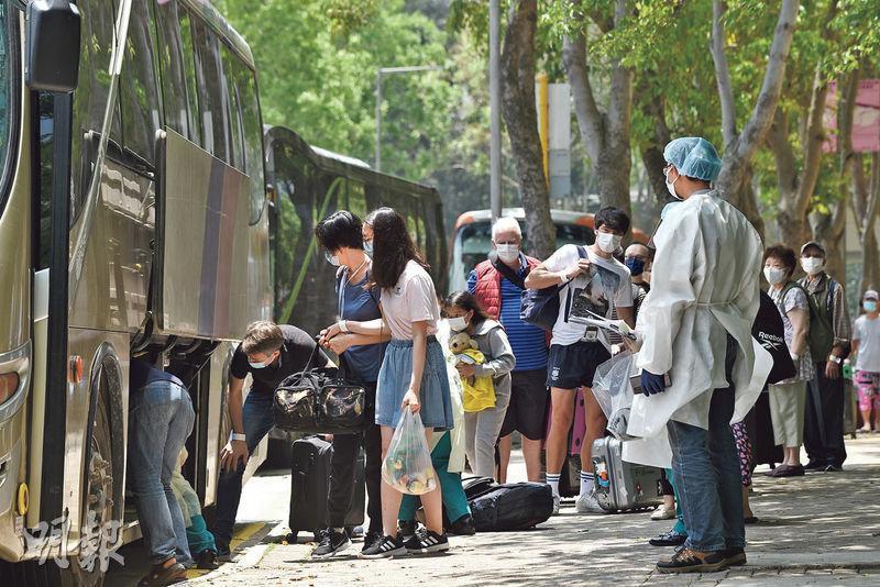 東涌映灣園11座逾400戶前晚起撤離,有居民待至昨日中午才被安排上車前往強制檢疫。(孫華中攝)