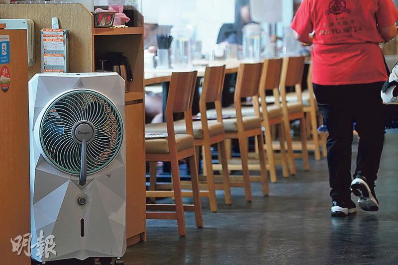 尖沙嘴食肆三田製麵所店面昨只擺放了一部風扇(左),店員透露已訂購兩部空氣淨化機但仍未到貨。(楊柏賢攝)