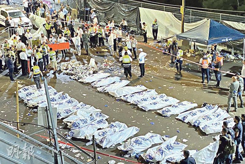 以色列梅龍山人踩人慘劇發生後,救護員將死者遺體逐一用屍袋裝好,暫擱附近空地。事件導致38人當場身亡,另外7人送院後不治。(法新社)