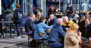 丹麥上月21日廣泛使用數碼「新冠護照」,哥本哈根一間酒吧的戶外場地兩天後已有不少顧客歡聚暢飲。當局稍後還將解禁範圍延伸至室內。(路透社)