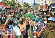 在野「全印度基層大會黨」(TMC)領袖班納吉的支持者,周日在加爾各答慶祝TMC在西孟加拉邦議會選舉得勝。(路透社)