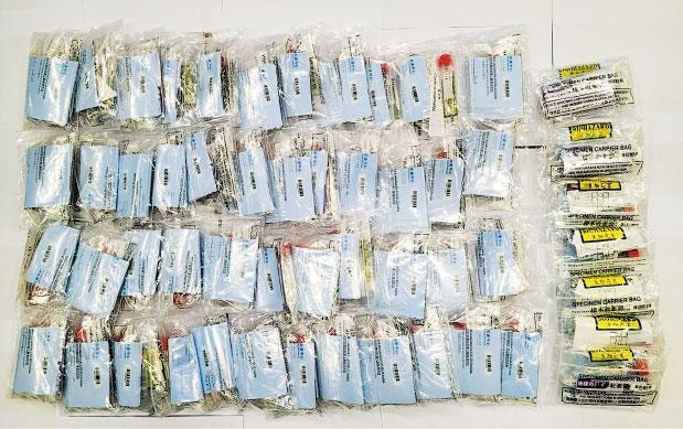 警方昨拘捕一名無業男子,涉嫌領取大量樣本收集包後在網上平台放售圖利。探員於其寓所搜出53個未使用的樣本包,並稱囤積屬「不誠實地挪用政府財物」。(警方圖片)