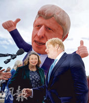 英國首相約翰遜(右)周五到哈特爾浦,與贏得國會補選議席的莫蒂默(左)見面。(路透社)