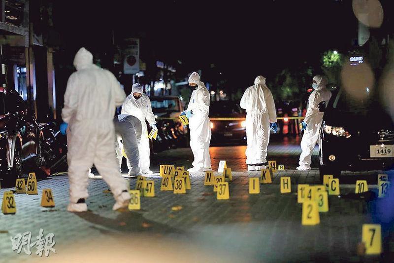 馬爾代夫前總統兼現任國會議長納希德周四(6日)晚在首都馬累的寓所外,遭遇炸彈襲擊重傷,情况危殆。圖為警方當晚在案發地點調查。(路透社)