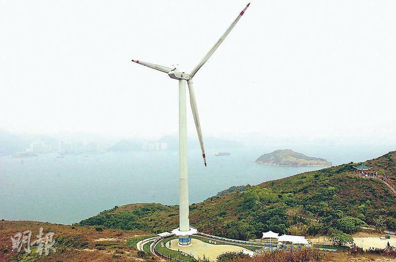 由港燈公司斥資興建的南丫風采發電站於2006年正式啟用,是香港第一座風力發電站。