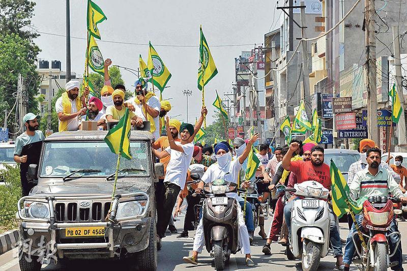 印度北部旁遮普邦的阿姆利則(Amritsar),前日有農民上街抗議邦政府在周末實施抗疫封城。(法新社)