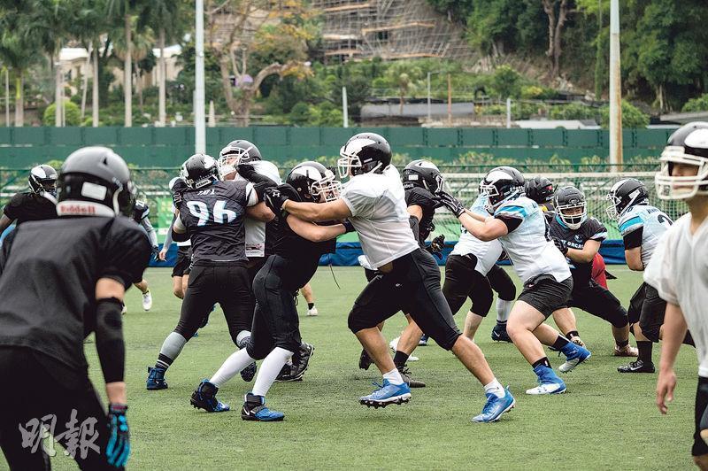 為幫助持球者達陣,攻方球員會挺身阻止對手擒抱。(林靄怡攝)