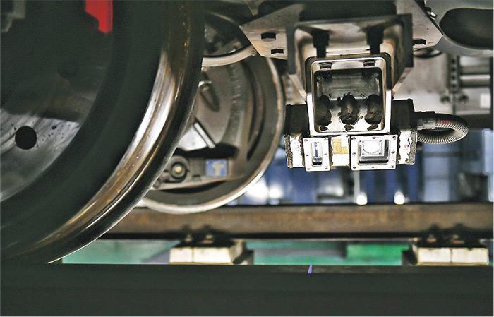 「智能列車」底下裝有雷射器、鏡頭等裝置,可持續監測列車與軌道之間的運作情况。