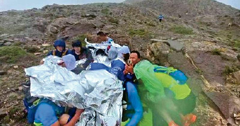 甘肅白銀馬拉松百公里越野賽遇到極端天氣,172名跑手中有21人罹難。幾名跑手被發現時正蜷縮在一起取暖,網上有消息稱當中包括被稱為「中國女子跑圈大神」的鄭文榮。圖為他們蓋着保溫氈。(網上圖片)