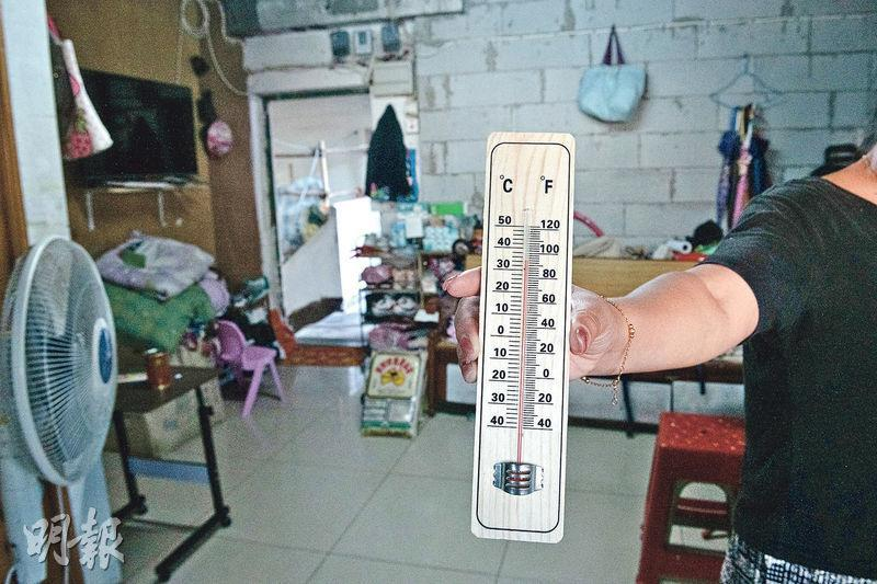 天台屋住戶林女士家中大廳沒冷氣,記者即使在氣溫較低的傍晚到訪,實測廳中溫度仍達34℃,煮飯時更要開門通風,否則極度翳熱。(朱安妮攝)