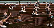 立法會昨三讀通過修訂選舉制度,所有議員在席,除立法會主席梁君彥按慣例不投票,建制派全數投贊成票。草案通過時,多名議員拍案以示歡迎。(鄧宗弘攝)