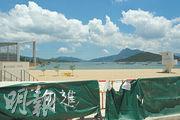 龍尾泳灘(圖)5月中仍圍封,並掛着寫有「勿進」字眼的布。