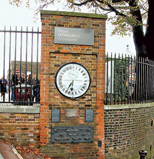 現時天文時是各地天文台詳細測量地軸擺動及對時間的影響後所制定,以前是以格林尼治子午線(即經度0度)測量的格林威治時間為準。圖為顯示格林威治時間的英國皇家格林威治天文台門外大鐘。(網上圖片)