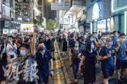 昨晚8時許,旺角豉油街一帶有人號召他人走出馬路,後方市民一邊高呼「光復香港」,一邊走出西洋菜南街佔據行車線,走至亞皆老街時向四方八面散去。(馮凱鍵攝)