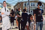 5月下旬,美國麻省切爾西居民帶年滿12歲子女接種疫苗的輪候人龍旁,豎立國立過敏與傳染病研究院總監福奇紙板人。(路透社)