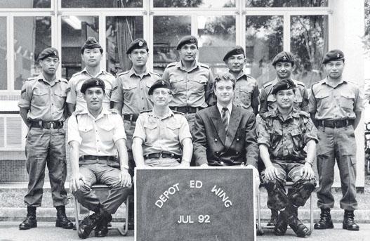 作者 Tim I. Gurung(後排右二)跟從父輩腳步,17歲已加入啹喀兵團,攝於 Hong Kong Army Education Wing。