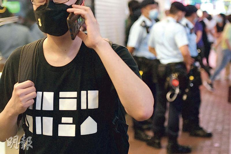 身穿黑衣、於黑口罩扣上「香港加油」襟章的劉先生昨到銅鑼灣,笑言「日日都咁著,日日都表緊態」。(鄧宗弘攝)