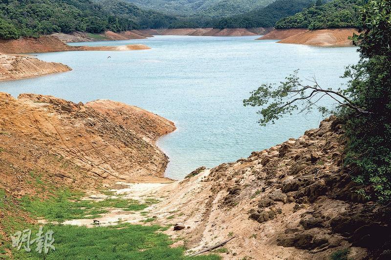 水務署網頁顯示,今年首5個月全港水塘存水量佔總容量約62%,若東江水暫停供港,僅夠全港使用4個多月。圖為城門水塘,本月初的存水量只有其容量的46.7%,大片黃土暴露。(朱安妮攝)