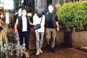警方巡查發現尖沙嘴一間樓上酒吧超過兩人一枱,顧客人數亦超過可容納人數的一半,33歲曾姓男負責人涉違反「限營業令」被捕。(蔡方山攝)