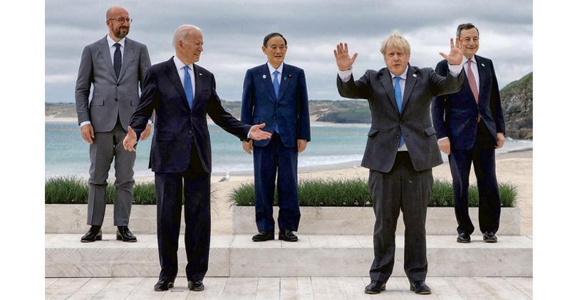 G7峰會上周五起在英國舉行,出席的領袖在會議開始時拍攝大合照,左起為歐洲理事會主席米歇爾、美國總統拜登、日本首相菅義偉、英國首相約翰遜和意大利總理德拉吉。(法新社)