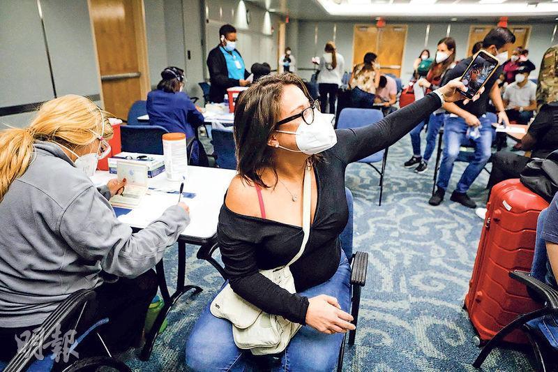 中美洲國家哥斯達黎加的新冠病毒疫苗供應緊張,部分民眾選擇出國到美國接種。圖為上月29日,一名哥斯達黎加人在美國邁阿密國際機場等候接種強生疫苗。(法新社)