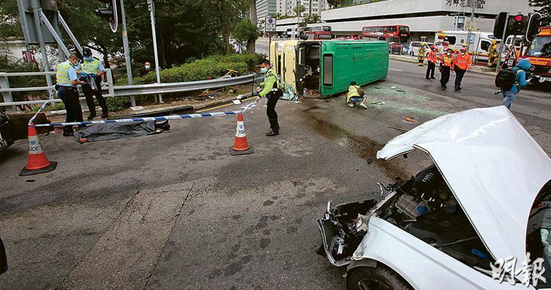 兩車於大涌橋路相撞後,小巴向左翻側,小巴男司機由消防協助救出,即場證實傷重不治,遺體臨時用黑膠袋遮蓋,警方在場蒐證。(伍浦鋒攝)