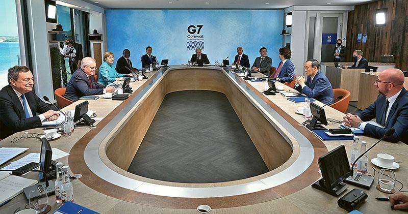 G7峰會的與會領袖上周六出席峰會期間的工作會議,昨日發表的聯合公告談及涉華議題,又呼籲世衛展開新冠病毒第二階段溯源調查。(路透社)