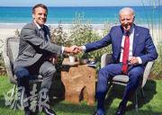 法國總統馬克龍(左)上周六與美國總統拜登(右)在英國舉行雙邊會談時,肯定了「美國回歸」。(路透社)