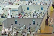 俄羅斯闢作臨時醫院的莫斯科克雷拉茨科耶冰宮,近日隨新一波新冠疫情,留醫人數再度增加。(路透社)