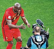 盧卡古(左)為比利時隊先開紀錄後,走到直播鏡頭前祝福球會戰友艾歷臣。(Getty Images)