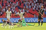 史達寧(中前)力壓拉舒福特、查頓辛祖等任英軍正選翼鋒,終以入球助球隊全取3分。(路透社)