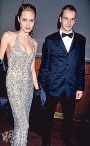 安祖蓮娜祖莉(左)經歷3段婚姻,跟首任前夫尊尼李米勒(右)關係最好,離婚逾20年,仍保持聯絡,日前更到訪其寓所,引來復合傳聞。