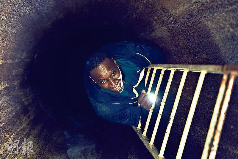 奧馬斯在《怪盜羅蘋2》扮演的Assane,利用過往的經驗,往往在危急關頭脫身。