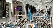 深圳機場航站樓一家餐廳的員工確診後,昨日航站樓內的所有商舖要關閉消毒。(網上照片)