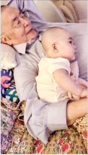 貝貝最喜歡躺在爸爸身旁,父女一齊看電視聽音樂,享受親子時刻。
