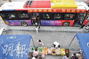 廣州昨再新增兩宗確診,部分地區仍實施疫情管控。連日來,廣州推出巴士移動超市服務,用巴士把食品和日用品送進疫情管控區,方便管控區的居民在家門口購物。(新華社)