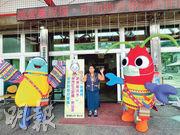 台灣花蓮由當地學童設計的吉祥物「飛兒」、「蝦兒」,原預定暑假登場為觀光大使,現因疫情關係,暫時「轉行」成為防疫大使。(中央社)