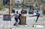 在約旦河西岸的納布盧斯,有巴勒斯坦人上周五向以色列警察和軍人擲石頭,抗議以色列拓展猶太殖民區。(新華社)
