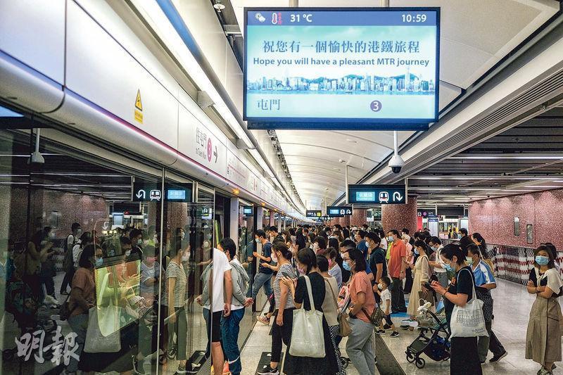 紅磡站屯馬線新月台昨日啟用,乘客需要經車站大堂前往新月台才能轉乘西鐵線。圖為紅磡站往屯門方向的屯馬線新月台。(馮凱健攝)