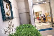 一名19歲少女由香港飛往倫敦3日後被驗出新冠病毒,香港衛生防護中心為審慎起見,將她曾居住的大廈元朗御庭居第二座納入強制檢測。(朱安妮攝)
